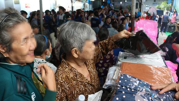Bệnh nhân nghèo vui mừng rưng rưng tại phiên chợ 0 đồng - Ảnh 2.