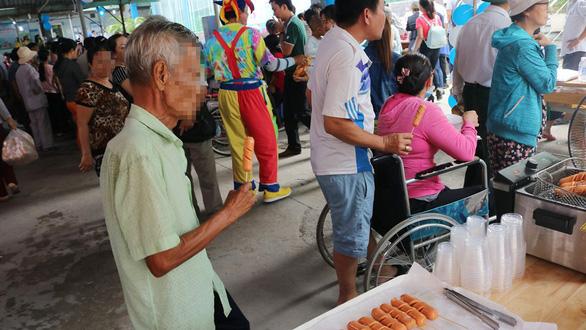 Bệnh nhân nghèo vui mừng rưng rưng tại phiên chợ 0 đồng - Ảnh 3.