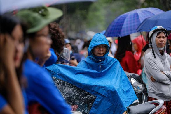 Phụ huynh đội nắng mưa chờ con thi lớp 10 - Ảnh 5.