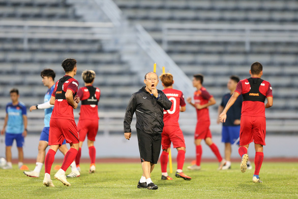 Công Phượng vui vẻ tập luyện cùng tuyển VN sau khi rời Incheon - Ảnh 3.