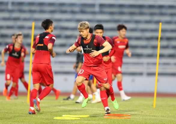 Công Phượng vui vẻ tập luyện cùng tuyển VN sau khi rời Incheon - Ảnh 5.