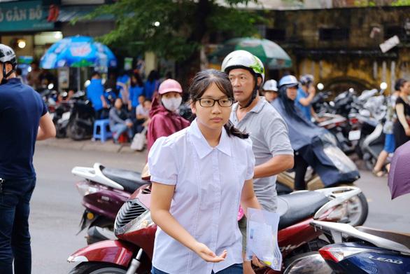Gần 200.000 thí sinh chính thức bước vào thi lớp 10 tại TP.HCM và Hà Nội - Ảnh 6.
