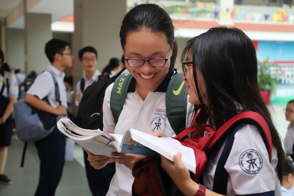 Gần 200.000 thí sinh chính thức bước vào thi lớp 10 tại TP.HCM và Hà Nội - Ảnh 1.