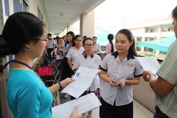 Gần 200.000 thí sinh chính thức bước vào thi lớp 10 tại TP.HCM và Hà Nội - Ảnh 13.