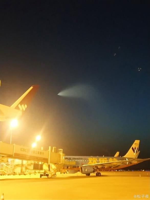 Trung Quốc: Nhiều người phát hiện vật thể bay kỳ lạ trên bầu trời.2