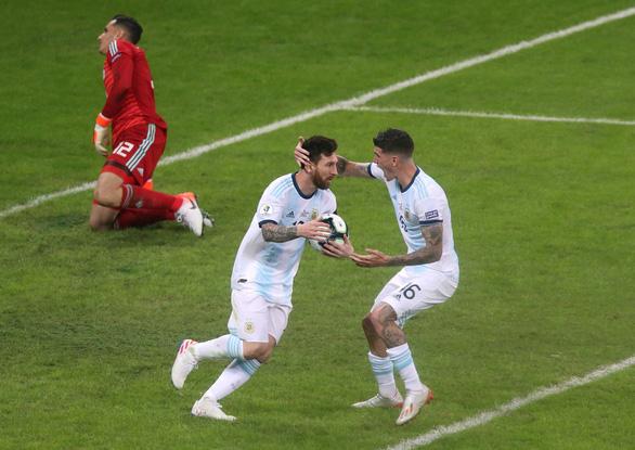 VAR hỗ trợ Messi ghi bàn giúp Argentina sống còn - Ảnh 2.