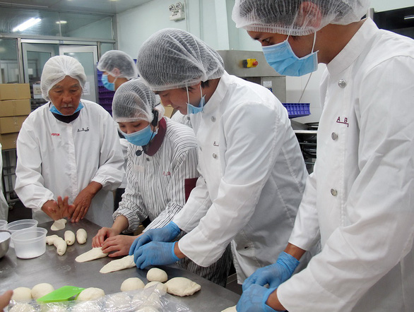 Muốn đóng Vua bánh mì, cả đoàn phim đi học làm bánh - Ảnh 1.