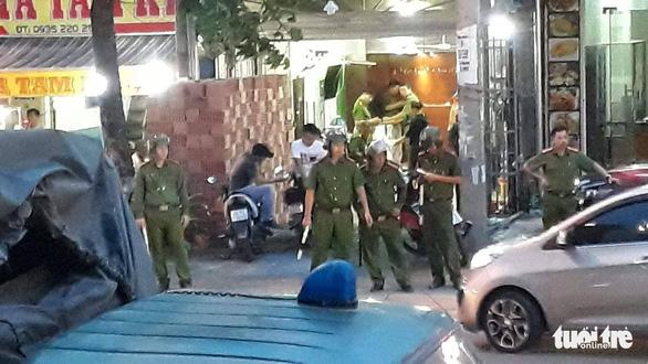 Khám xét công ty chủ doanh nghiệp kêu giang hồ vây xe chở công an - Ảnh 2.