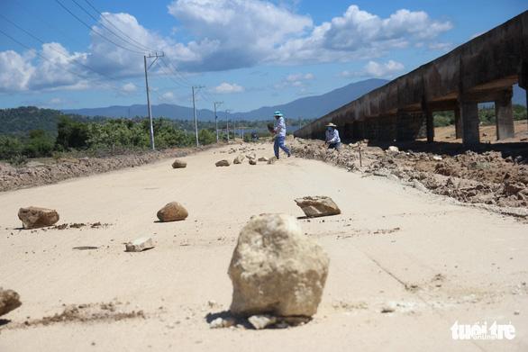 Dân đặt hàng trăm đá tảng chặn xe dự án nhà máy điện mặt trời - Ảnh 3.