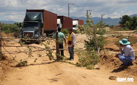 Dân đặt hàng trăm đá tảng chặn xe dự án nhà máy điện mặt trời - Ảnh 1.
