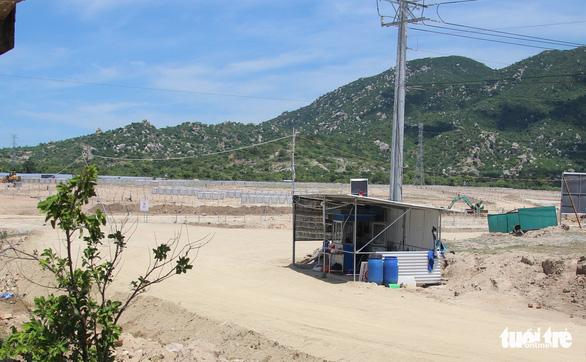 Dân đặt hàng trăm đá tảng chặn xe dự án nhà máy điện mặt trời - Ảnh 4.