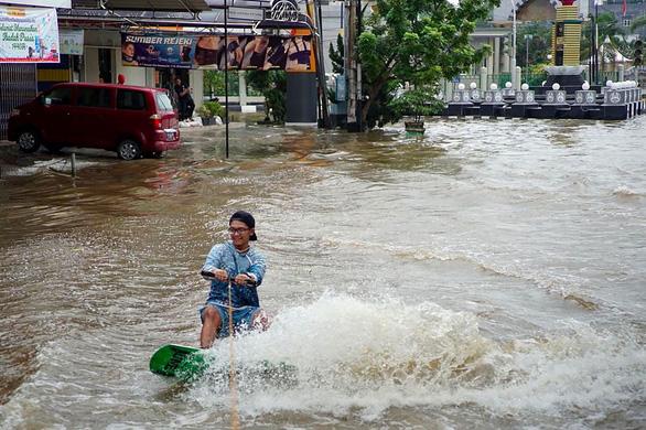 Lướt ván trên… đường phố phản đối ngập lụt - Ảnh 2.