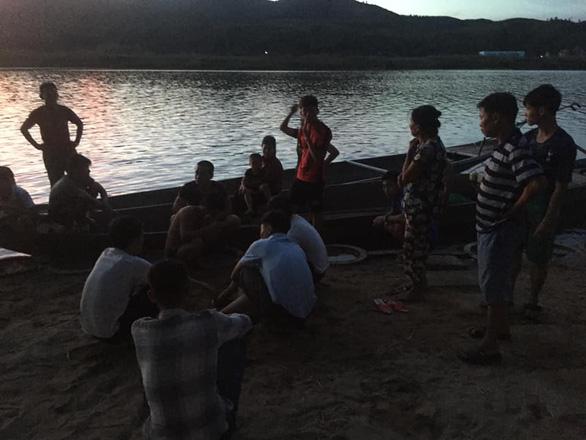 Học sinh lớp 10 đi phụ hồ về, nhảy xuống cứu cậu bé chìm sát đáy sông - Ảnh 2.