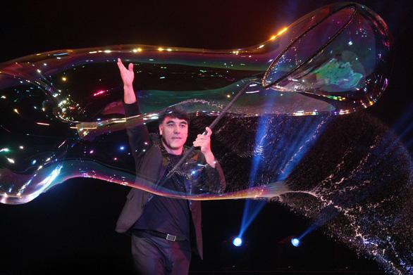 Vua bong bóng thế giới Fan Yang sẽ biểu diễn tại Đầm Sen - Ảnh 1.