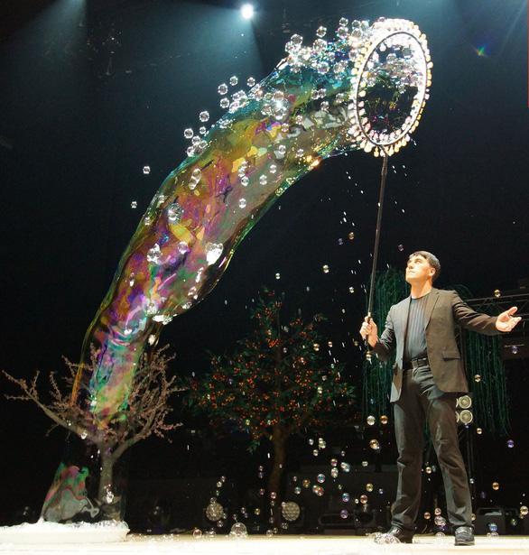 Vua bong bóng thế giới Fan Yang sẽ biểu diễn tại Đầm Sen - Ảnh 2.