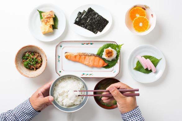 Tuổi 40 cần biết 7 thói quen ăn uống của người Nhật, đỡ lo đột quỵ - Ảnh 1.