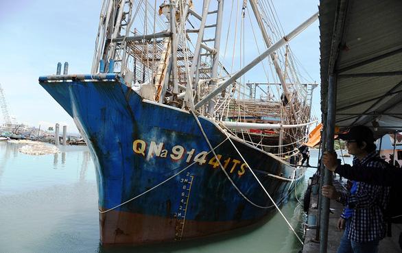 Ngư dân liên tục bị  tàu Trung Quốc quấy phá - Ảnh 1.