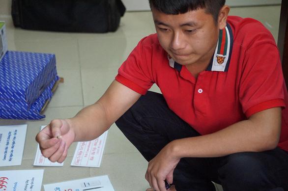 Bắt nhóm thanh niên mua thiết bị gian lận thi cử từ Trung Quốc về bán - Ảnh 1.