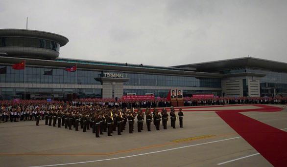 Biển người Triều Tiên reo hò vạn tuế, mừng ông Tập đến thăm - Ảnh 5.