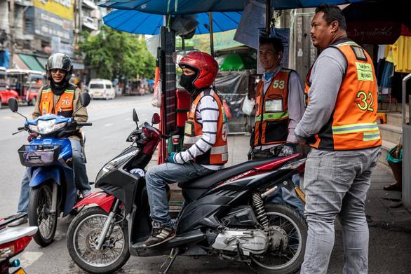 Xe ôm truyền thống và xe ôm Grab tử chiến tại Bangkok - Ảnh 3.