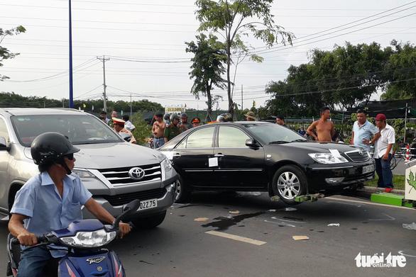 Tạm đình chỉ 2 sĩ quan công an liên quan vụ giang hồ vây xe công an - Ảnh 1.