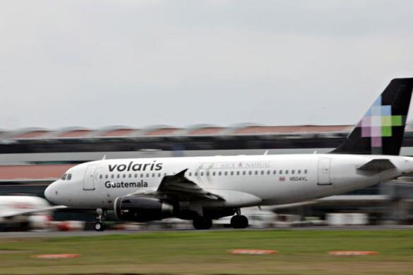 Hãng hàng không Mexico xuất vé 1 đô cho người di cư - Ảnh 1.
