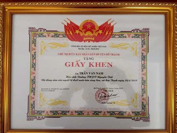 Khen thưởng học sinh lớp 10 dũng cảm cứu người dưới đáy sông Son - Ảnh 1.