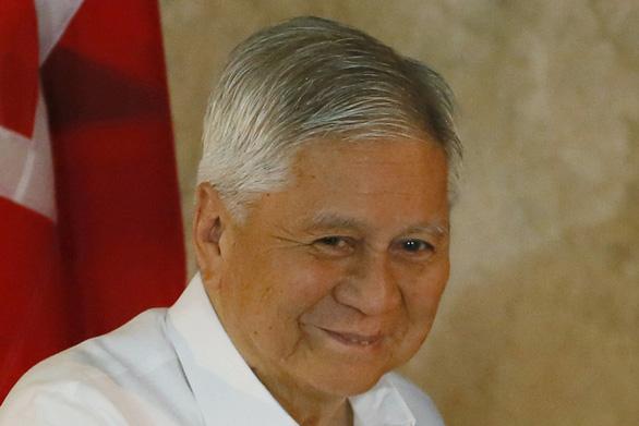 Cựu ngoại trưởng Philippines bị làm khó ở sân bay Hong Kong - Ảnh 1.