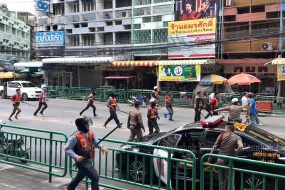 Xe ôm truyền thống và xe ôm Grab tử chiến tại Bangkok - Ảnh 1.