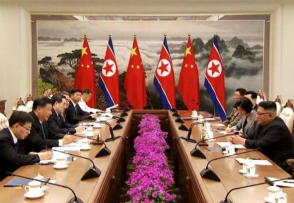 Biển người Triều Tiên reo hò vạn tuế, mừng ông Tập đến thăm - Ảnh 10.