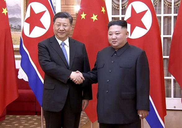 Biển người Triều Tiên reo hò vạn tuế, mừng ông Tập đến thăm - Ảnh 9.