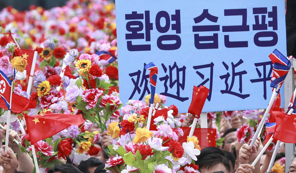 Biển người Triều Tiên reo hò vạn tuế, mừng ông Tập đến thăm - Ảnh 3.