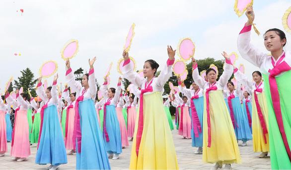 Biển người Triều Tiên reo hò vạn tuế, mừng ông Tập đến thăm - Ảnh 2.