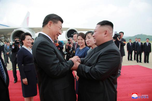 Biển người Triều Tiên reo hò vạn tuế, mừng ông Tập đến thăm - Ảnh 6.