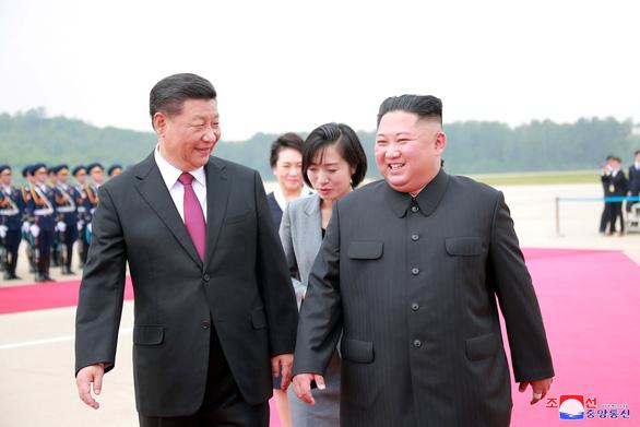 Biển người Triều Tiên reo hò vạn tuế, mừng ông Tập đến thăm - Ảnh 7.