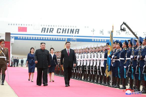 Biển người Triều Tiên reo hò vạn tuế, mừng ông Tập đến thăm - Ảnh 8.