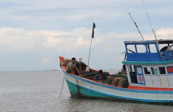 Vẫn chưa tìm thấy 4 ngư dân nhảy khỏi tàu cá mất tích - Ảnh 1.