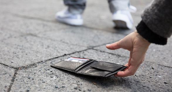 Đánh rơi hơn 17.000 chiếc ví khắp thế giới để thử lòng lương thiện - Ảnh 2.