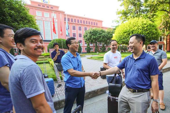 Thầy cô ở Hà Nội lên đường làm nhiệm vụ thi THPT quốc gia - Ảnh 1.