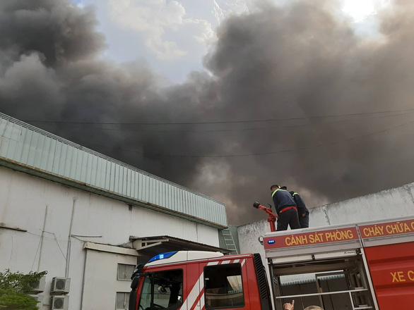 Cháy lớn ở nhà máy sản xuất đồ nhựa Khu công nghiệp Sóng Thần 2 - Ảnh 2.