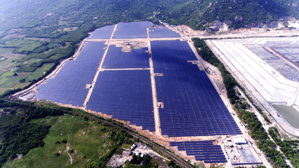 Nhà máy điện mặt trời Vĩnh Tân 2 phát điện thương mại - Ảnh 1.