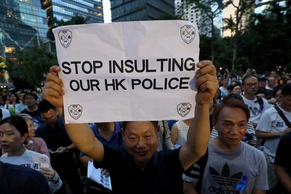 Người Hong Kong biểu tình phản đối... người biểu tình - Ảnh 1.