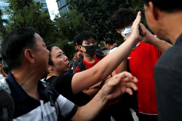 Người Hong Kong biểu tình phản đối... người biểu tình - Ảnh 6.