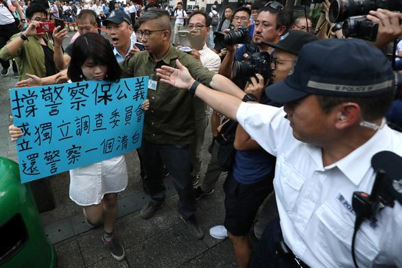 Người Hong Kong biểu tình phản đối... người biểu tình - Ảnh 7.