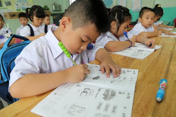 Cho con học trước lớp 1 còn hơn để bé ôm iPad, TV - Ảnh 1.