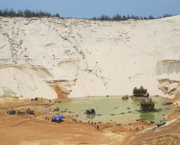Đã tìm thấy thi thể công nhân mất tích vì lở cát mỏ titan - Ảnh 1.
