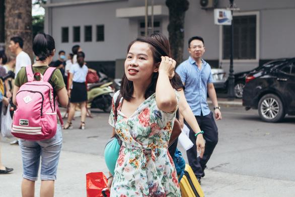 Giám thị Hà Nội mang theo con nhỏ lên Hòa Bình coi thi - Ảnh 2.