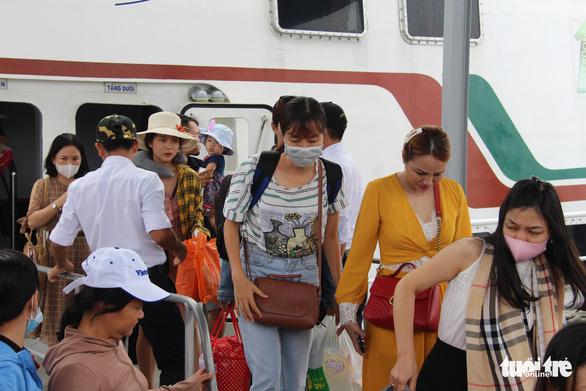 Áp tải đề thi THPT quốc gia ra đảo Phú Quốc bằng tàu cao tốc - Ảnh 2.