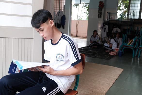 Thí sinh xã đảo duy nhất TP.HCM mượn phòng học làm chỗ trọ đi thi - Ảnh 5.