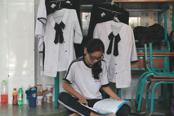 Thí sinh xã đảo duy nhất TP.HCM mượn phòng học làm chỗ trọ đi thi - Ảnh 2.